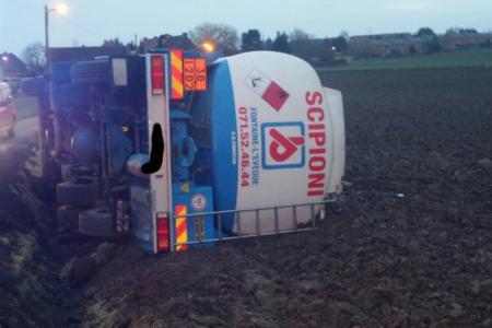 Monceau-sur-Sambre: un camion-citerne sur le flanc